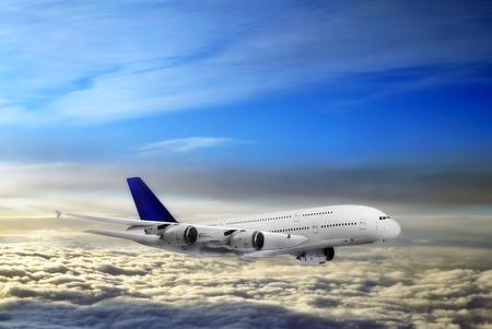 雲の上の現代の航空機。