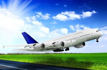 空港で現代の航空機。滑走路に離陸します。