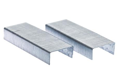 金属のステープルのスタック。白い背景上に分離。