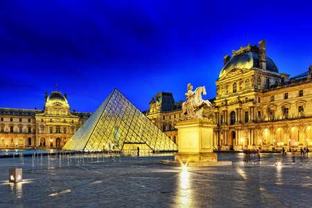 prehistoria: PARIS - 17 de septiembre de pir�mide de cristal y el museo del Louvre en septiembre 17, 2013 El Louvre es el museo m�s grande de Par�s con cerca de 35.000 objetos de la prehistoria al siglo 19