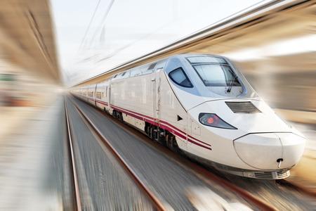 Train de voyageurs moderne Salut-Vitesse. effet de mouvement. Banque d'images - 32686990