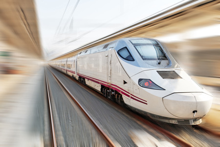 estacion de tren: Tren moderno de pasajeros de alta velocidad. Efecto de movimiento. Foto de archivo