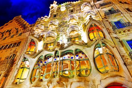 夜の屋外の眺めガウディの創造家 Casa Batlo。バルセロナ。 報道画像