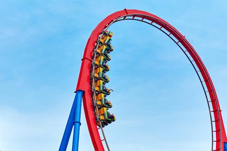 Roller Coaster in grappige pretpark.