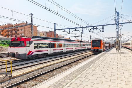 Tren de cercanías en el stantion ferrocarriles. España, Cataluña. Foto de archivo - 35232342