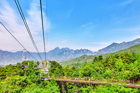 mutianyu: Cableway (aerial ropeway) on the rise on the Great Wall. Section Mutianyu. Stock Photo