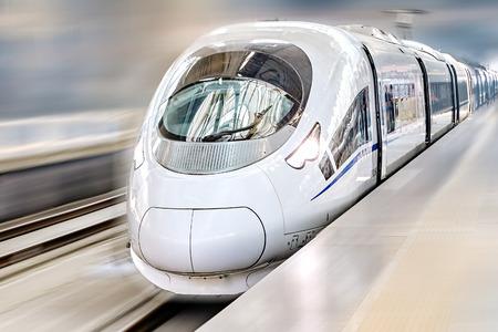 estacion de tren: Tren moderno de pasajeros de alta velocidad. Efecto de movimiento. Editorial