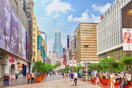 SHANGAI, CHINA - 24 de mayo de 2015: Hermosa vista de la calle Nanjing Lu de Shangai. La calle de Shanghai Nanjing Lu tiene muchos centros comerciales modernos, tiendas, cafeterías, restaurantes y lugares interesantes para pasar un tiempo.