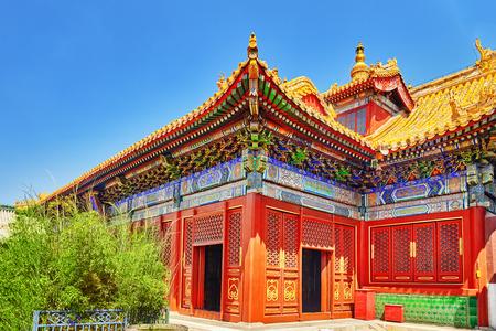 templo: Hermosa vista de Yonghegong Lama Temple.Beijing. Templo Lama es una de las más grandes e importantes monasterios budistas tibetanos en el mundo. Foto de archivo