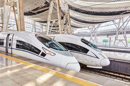 treno espresso: PECHINO, CINA 23 MAGGIO 2015: Treno ad alta velocità presso la stazione ferroviaria di Pechino. Velocità del treno è comodo e la velocità e la maggior convenienza nella Repubblica popolare cinese.