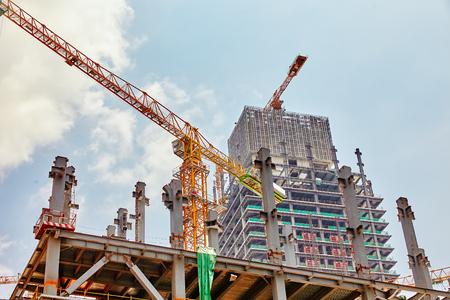 夏の日に建設中の高層ビル建築。
