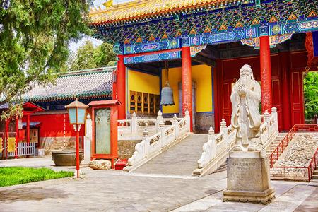 """templo: Templo de Confucio en Beijing es la segunda m�s grande Templo de Confucio en China. Inscripci�n traducci�n """"Big Xu Gate"""", bajo el monumento traducci�n- """"Estatua de Confucio, el gran fil�sofo chino"""". Beijing"""