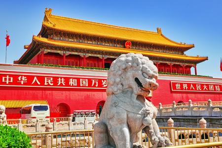 """cielo: Puerta de entrada Celestial Paz- al Museo del Palacio en Beijing.Inscription- """"�Viva la Rep�blica Popular de China! �Viva la solidaridad de los pueblos del mundo!"""". Plaza de Tiananmen es un tercer cuadrado gran ciudad en el centro de Pek�n , China. Foto de archivo"""