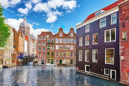 """Krásný výhled na ulici, staré budovy, lidé, násypů Amsterdam - také nazývají """"Benátky na severu"""". Nizozemí Reklamní fotografie"""