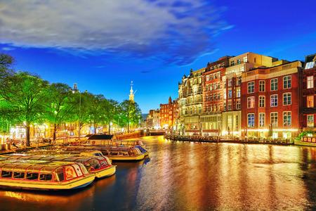 Beroemde rivier de Amstel en de avond uitzicht op de prachtige stad Amsterdam. Nederland