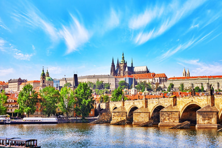 castillo medieval: Vista del castillo de Praga y de Charles República Bridge.Czech.