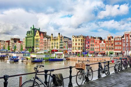 """AMSTERDAM, NEDERLAND - 15 september 2015: Prachtig uitzicht op de straten, oude gebouwen, mensen, taluds van Amsterdam - ook bellen """"Venetië in het Noorden"""". Netherland Redactioneel"""