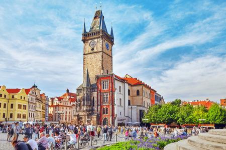 PRAG, TSCHECHISCHE REPUBLIK 13. SEPTEMBER 2015: Astronomische Uhr (Staromestske-namesti) auf historischem Quadrat im alten Stadtviertel von Prag, die Hauptstadt der Tschechischen Republik. Es befindet sich zwischen dem Wenzelsplatz und der Karlsbrücke. Tschechische Republik.