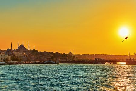 Istanbul Blick auf den Sonnenuntergang in den Strahlen der Sonne . Die größte Stadt in der Türkei Standard-Bild