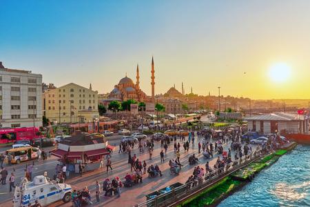 ISTAMBUL, TÜRKEI 7. Mai 2016: Istanbul Blick auf den Sonnenuntergang in den Strahlen der Sonne. Die Leute auf der Promenade. Istanbul ist die größte Stadt in der Türkei.
