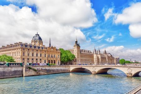 registro: PARIS, FRANCIA EL 04 DE JULIO DE, 2016: Sena, Secretaría del Tribunal de Comercio de París y el puente de Cambiado en París. Francia.