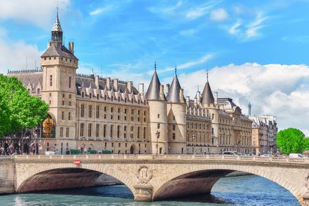 registro: PARIS, FRANCIA - julio 04, 2016: Castillo - Conserjes de prisiones y el puente de Exchange en el Sena en París. Francia.