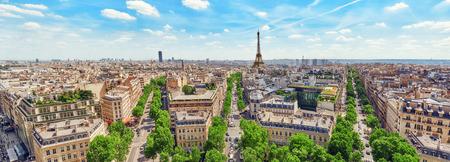 Prachtig panoramisch uitzicht over Parijs vanaf het dak van de Triomfboog. Champs-Elysées en de Eiffeltoren. Frankrijk.