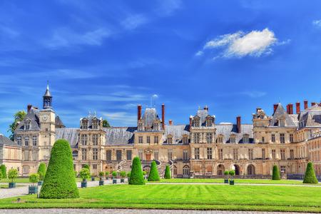 FONTAINEBLEAU, FRANKRIJK - JULI 09, 2016: Woonplaats in de voorsteden van de Koningen van Frankrijk - voorgevel mooi Chateau Fontainebleau en het omringen van zijn park. Stockfoto