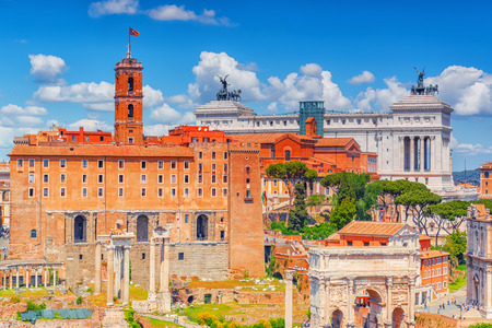 templo romano: Vista del Foro Romano desde el Cerro del Palatino. El Arco del Triunfo de Septimio Severo, Tabularium, Instituto de Historia del Risorgimento Italiano.