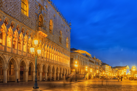 Embankment of the Grand Canal and the Doges Palace (Palazzo Ducale) in night time, Venice. Italy. Banco de Imagens