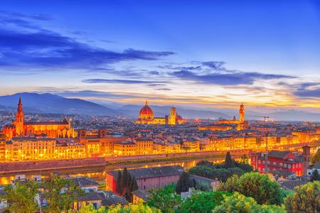 Piazzale Michelangelo 지점에서 피렌체의 역사적인 뷰에서 파노라마 위의 아름 다운 풍경. 밤 시간. 이탈리아.
