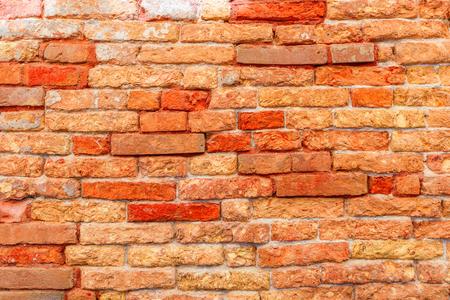 De textuur van een bakstenen muur maakte van oude rode bakstenen. Foto genomen in Venetië. Italië.