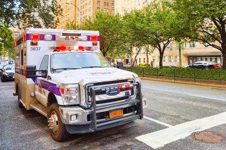 New York, USA - 5 settembre 2017: Auto ambulanza (emergenza) e paesaggio urbano urbano di New York. Distretto di Midtown.