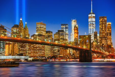 New York night view of the Lower Manhattan and the Brooklyn Bridge across the East River. USA. Imagens