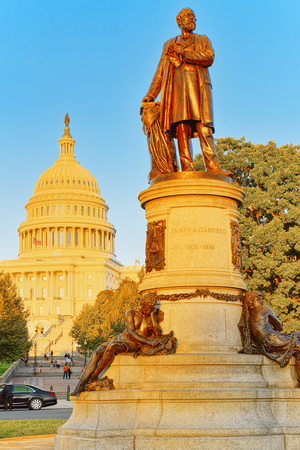 United States Capitol,and James A. Garfield Monument by John Quincy Adams Ward at the center of Garfield Circle. 免版税图像