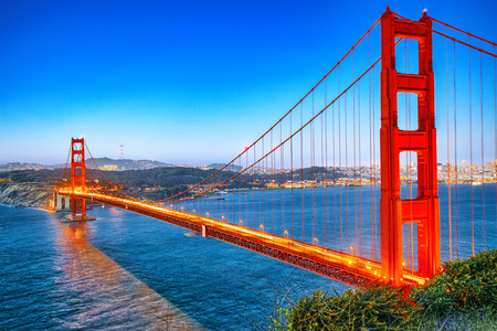 Panorama of the Gold Gate Bridge and San Francisco city at night, California, USA. Stockfoto - 116151098