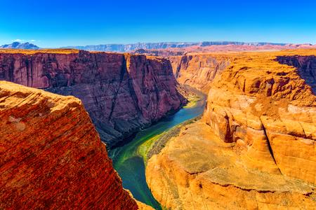 Horseshoe Bend ist ein hufeisenförmig eingeschnittener Mäander des Colorado River in der Nähe der Stadt Page, Arizona. Standard-Bild