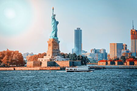 Statue of Liberty is a colossal neoclassical sculpture on Liberty Island on the background New York Harbor in New York City. Stockfoto
