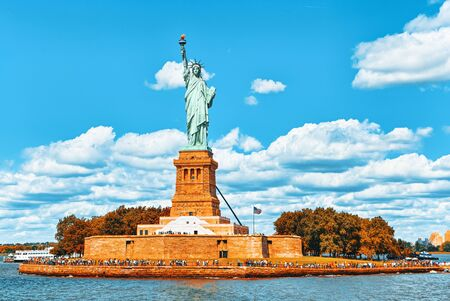 Statue of Liberty (Liberty Enlightening the world) near New York and Manhattan. USA. 版權商用圖片 - 133035704