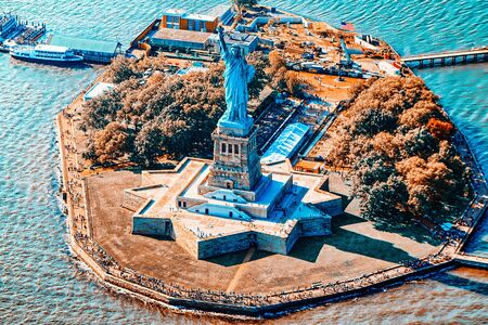 Fly over, view Statue of Liberty (Liberty Enlightening the world) near New York and Manhattan from a bird's eye view. Stockfoto - 133035798