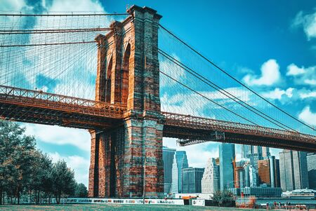 New York, USA- August 07, 2017 :  View Brooklyn Bridge between the Lower Manhattan and Brooklyn from Empire Fulton Ferry State Park. 스톡 콘텐츠