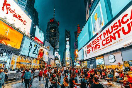 New York, USA - 06. September 2017: Nachtansicht des Times Square-Zentral- und Hauptplatzes von New York. Straße, Autos, Menschen und Touristen drauf.