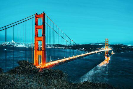 Panorama du Gold Gate Bridge et de la ville de San Francisco la nuit, Californie, USA.