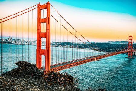 Panorama du Gold Gate Bridge et de la ville de San Francisco la nuit, Californie, USA. Banque d'images
