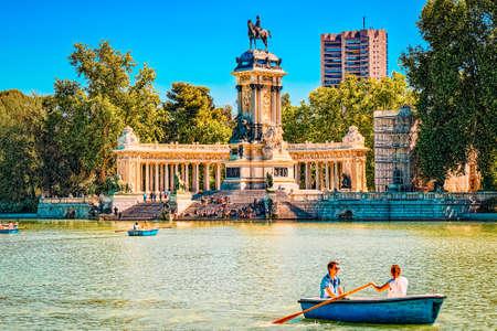 Madrid, Spain -June 05, 2017 : Grand Retreat Pond (Estanque Grande del Retiro) in  Buen Retiro Park  - most  largest and most beautiful of the Madrid parks. Редакционное