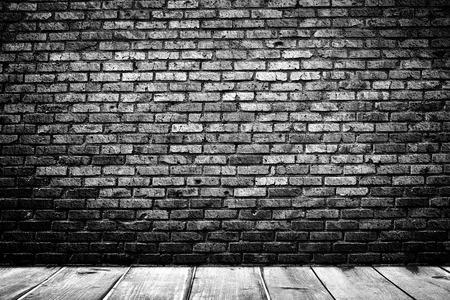 habitacion desordenada: Cuarto oscuro con piso de baldosas y fondo de la pared de ladrillo
