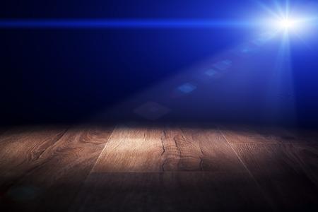 Licht op houten vloer in de lege kamer