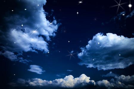 Hintergrund Nachthimmel mit Sternen und Mond und schöne Wolken Standard-Bild