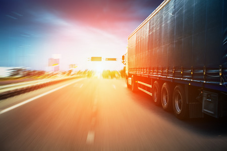 ciężarówka: Zatarcie drogowego i samochód, prędkość ruchu w tle