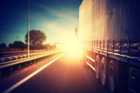 運輸: 卡車的車在高速公路上